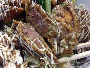 続・新橋駅徒歩1分の人気牛かつ専門店「おか田」の牛ロースソースかつ丼!お好み焼きを彷彿とさせる不思議な味わいとミディアムレア肉の食感が面白い