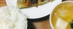 秋だから生秋刀魚の塩焼きと骨せんべいをフライパンで