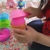 2歳の娘、お砂でアイスクリーム屋さんごっこ。
