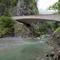 渓谷を跨ぐ彫刻作品