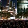 ニューヨーク「ブライアントパーク」、マンハッタンの高層ビルに囲まれて、野外の無料映画を眺める夜