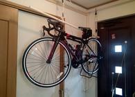 自転車の収納どうしてる? 玄関のスペースを活用した「吊り上げ式」収納アイデア