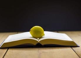 教科書頻出の『檸檬』。その黄色い爆弾は、いったい何を象徴しているのか?