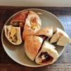 小手指の人気カフェタミチカで季節のベーグルとドリンクを!りんごとさつまいものキャラメルカスタード&りんごとクリームチーズ。ショコラショー