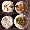 小松菜とえのきの和え物、小粒納豆、バナナヨーグルト。