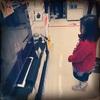 量販店大画面テレビで見るバレエ「くるみ割り人形」に夢中の娘。