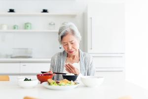介護をしている親の、食べ物の飲みこみが悪くなってきました。ムセて辛いので、食事も進みません。どうにか食べられるように、家族ができることはありますか?