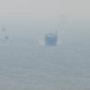 2011/11/13 寒気が入り始めているのか、ちょっと霞んでいる。関門海峡を行き交う船