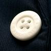 「キム・ジョーンズ(GU)」の白いボタンをどう解釈するか。
