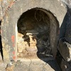 急傾斜の崖に残された 小さなトンネルの朽ちたお社(三浦市)