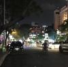 人民委員会庁舎に向かってグエンフエ通りを散策