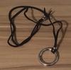 無地のシャツをオシャレに見せるためにネックレスをつける