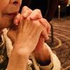 松平健さんに手を合わせる99歳の母、目には涙が・・・