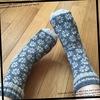 花柄ソックス 「編み込みこもの」から をきつめに編みました 着画