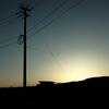 夕暮れの電線、小屋、高架線
