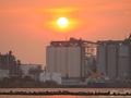 東京湾と工業地帯に沈み行く夕日