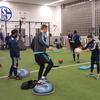 バランストレーニング(バランストレーニングは、成熟段階と神経筋パフォーマンスの能力に応じた、多数の漸進的課題で構成される)
