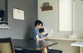 子どもの成長を見越して、リビングには宿題用机も
