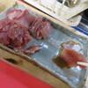 トロガツオ(宮城県産)養殖ブリ(愛知県産)これを塩ふって30分放置してドリップを出して塩っ気を気持ち湿らせたティッシュで丁寧に拭き取った刺身です。二つとも本州産を北海道で安く食べる?