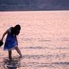 夕暮れのクレタと海と女の子
