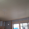 新築戸建て注文住宅の施工(天井板の設置作業の様子)