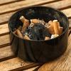 タバコの吸殻を空き缶やペットボトルに入れるのは大丈夫なの?