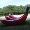 公園に出現した巨大赤バナナ。