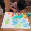 1年生:図工 絵の具で背景をぬろう
