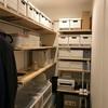 ウォークインクローゼット&物置の現状。課題の多いカオスな収納を何とかしたい。