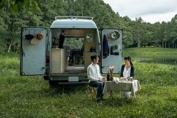クルマは動く家。VAN LIFEのシンボル、渡鳥ジョニー&はる奈夫妻の「リノベーションカー」とは?