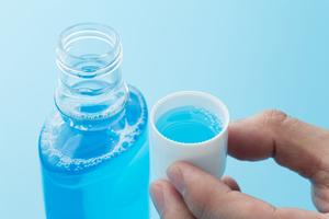 液体歯磨き(デンタルリンス)を介護で使うコツ:高齢者の口腔ケア