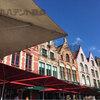 街並みに合うベルギーの赤いパラソル!