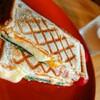 チーズが溢れるハムチーズエッグホットサンドの作り方【朝食レシピ】