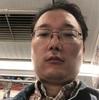 駒込駅の黄土色のチェスターコートの男。