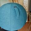 事務所にある僕のデスクの椅子がデスクとのサイズが合わなくてバランスボール「Vivora」がやってきた!
