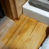 洗濯機:排水不全で床が濡れている。今回は、下が水浸しというほどではないが