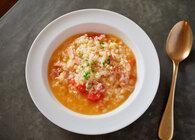 【夏にあえておかゆを食べよう】応用無限大。おかゆとリゾットのいいとこ取りな楽ちんレシピ「ミニトマトとベーコンのリゾット」