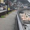稲村ヶ崎の海岸沿い歩道が沈下。鎌倉ビックスウェル 波情報湘南08.13