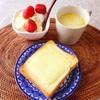 チーズトースト、コーンスープ、フルーツヨーグルト。