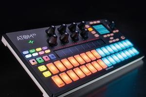 「PRESONUS Atom SQ」製品レビュー:ステップ・シーケンスから鍵盤演奏まで対応するMIDIコントローラー