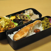 お弁当 野菜たっぷりと焼鮭 朝ごはん 餃子、納豆