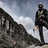 御在所岳で岩場登り