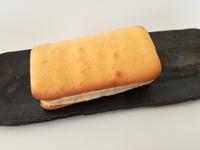 セブンの「チーズケーキサンド」がアイスなのにケーキ。ワンハンドで食べれる楽しいケーキ。
