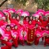 北京:踊る従業員と集団で踊るおばさま