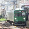 緑の電車を追う