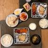 ごはん、鮭のホイル焼き、ミニトマトと人参のナムル、焦がしキャベツのスープ