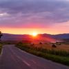 夏の美瑛町 麦稈ロールのある風景その3~夕日と連なる丘~