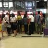 ベトジェットエアー(VietJet Air) は、自動チェックイン機でチェックインしようとすると、おねえさんたちが集まってくる