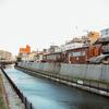 川沿いのバラック。
