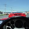 フェラーリが通る時、男は車を見るが女は…。